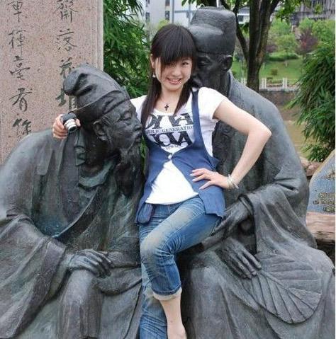 美女用身体侮辱雕像!