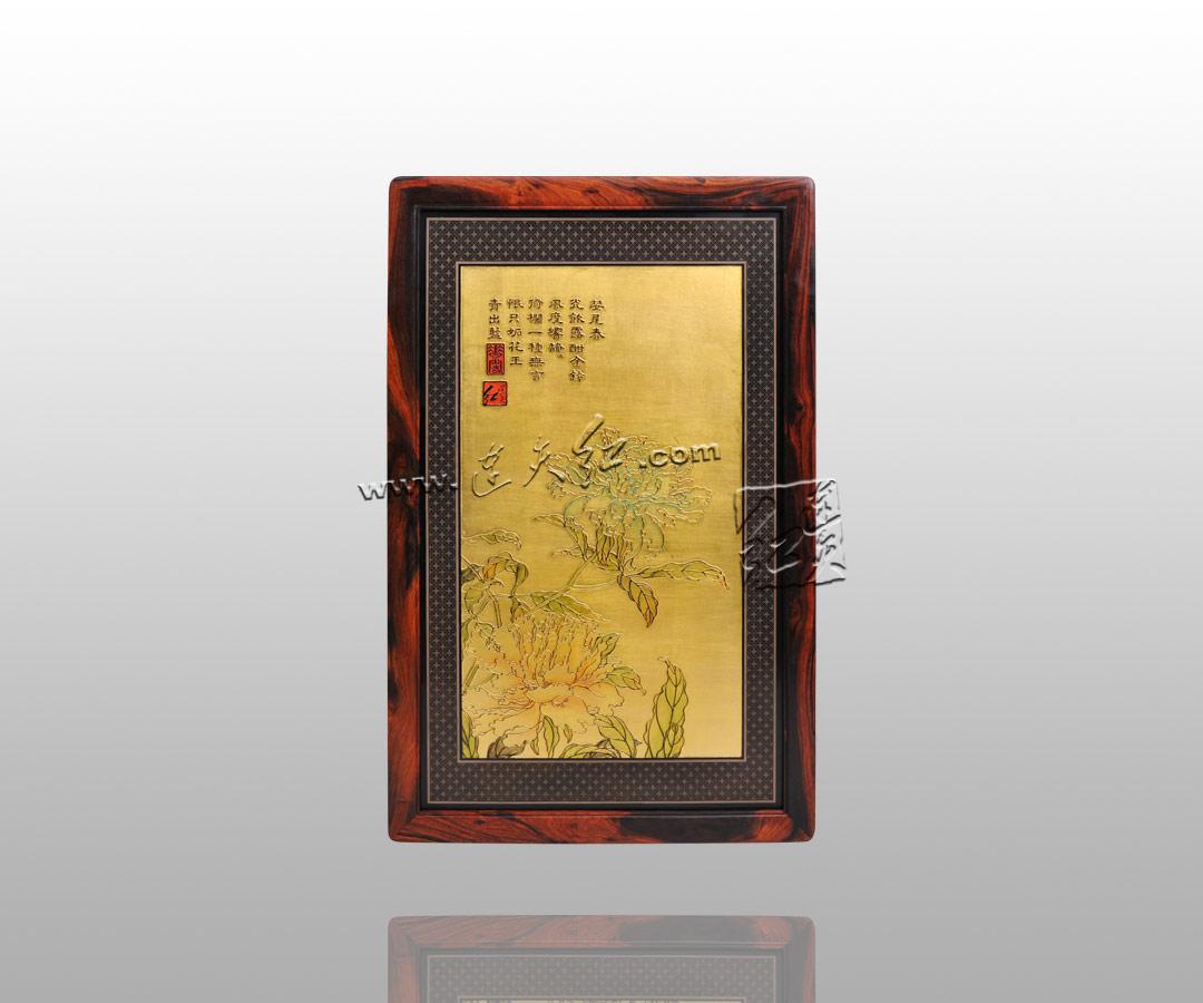 价格+边框价格+铜件价格 产品描述: 此挂件以金色为底,四周衬以小花边