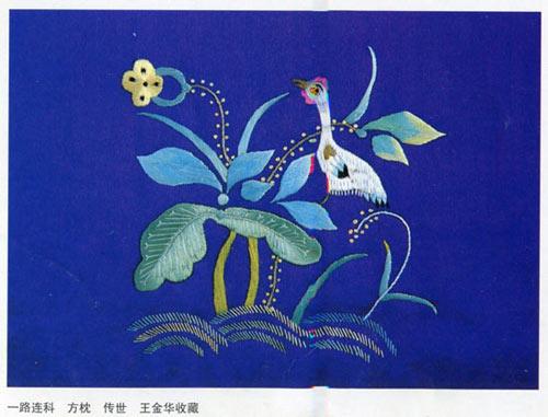 两幅刺绣中,二者皆为方枕上的吉祥绣图,都已简洁明了的表示将其表现